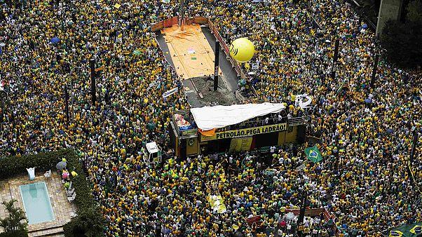 Βραζιλία: Μέτρα κατά της διαφθοράς υποσχέθηκε η Ρούσεφ μετά τις πιέσεις να παραιτηθεί