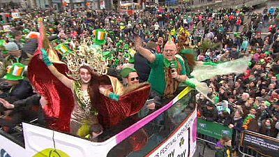 San Patricio llena de verde las calles de Dublín