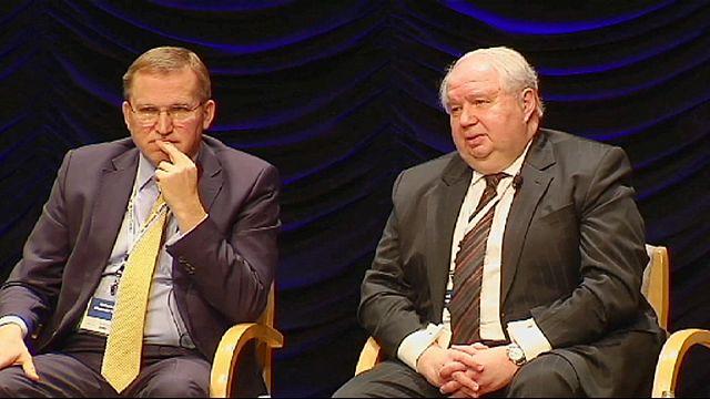Послы РФ и Украины сели рядом, но друг на друг не глядели