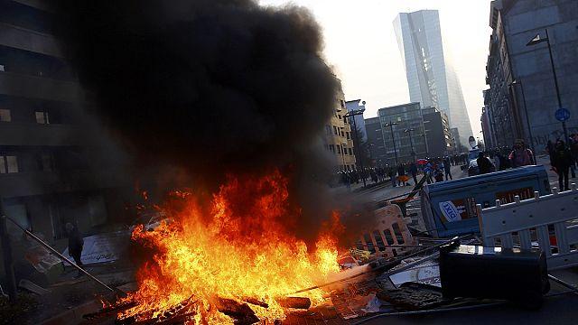 Az Európai Központi Bank ellen tüntetnek Frankfurtban