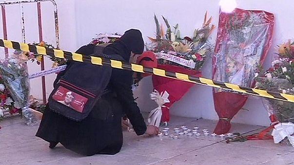 Vérnyomok és üvegszilánkok között emlékeztek a tuniszi áldozatokra