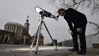 Turistas e especialistas em romaria para ver eclipse solar