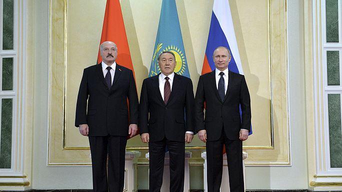 Путин призвал Белоруссию и Казахстан подумать о единой валюте