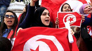 """""""Non abbiamo paura"""". I tunisini in piazza per la Festa dell'indipendenza sfidano il terrorismo"""