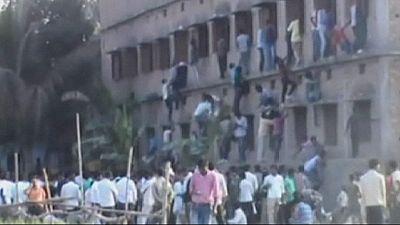 India: familiares trepan por las escuelas para ayudar a sus allegados a copiar en los exámenes