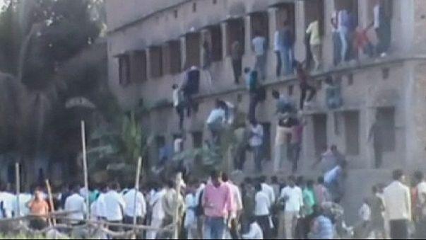 India, si arrampicano sui muri per suggerire le risposte ai figli: arrestati