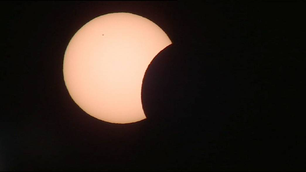 Stregati dalla luna che oscura il sole, la magia dell'eclissi