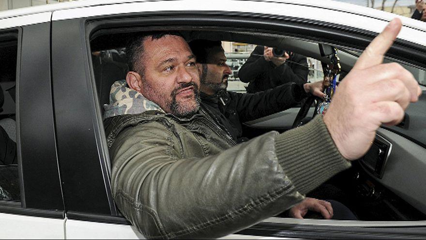 """زعيم حزب """"الفجر الذهبي"""" اليوناني اليميني المتطرف يغادر سجنه"""