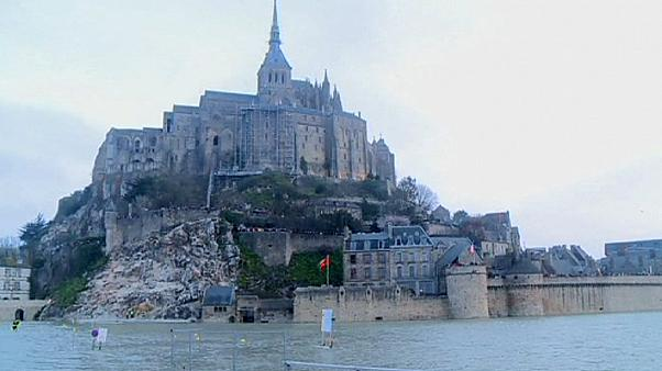 10,000 people in Le Mont-Saint-Michel enjoy 'super moon effect'