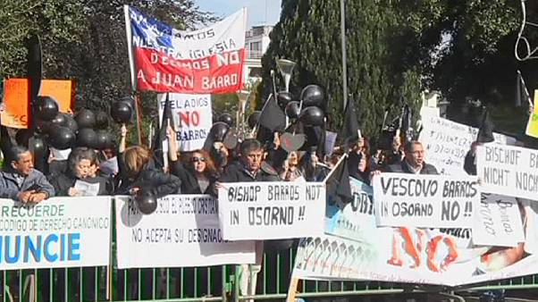 """Un nuevo obispo chileno asume el cargo entre empujones y gritos de """"pedófilo"""""""