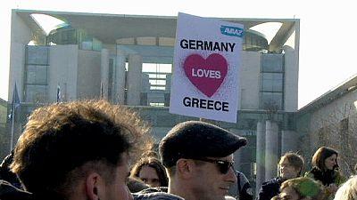 Besos para aliviar las tensiones entre Atenas y Berlín
