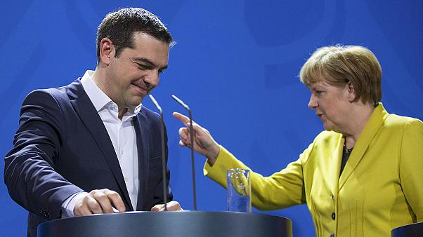 Tsipras e Merkel: Uma aproximação nem sempre evidente