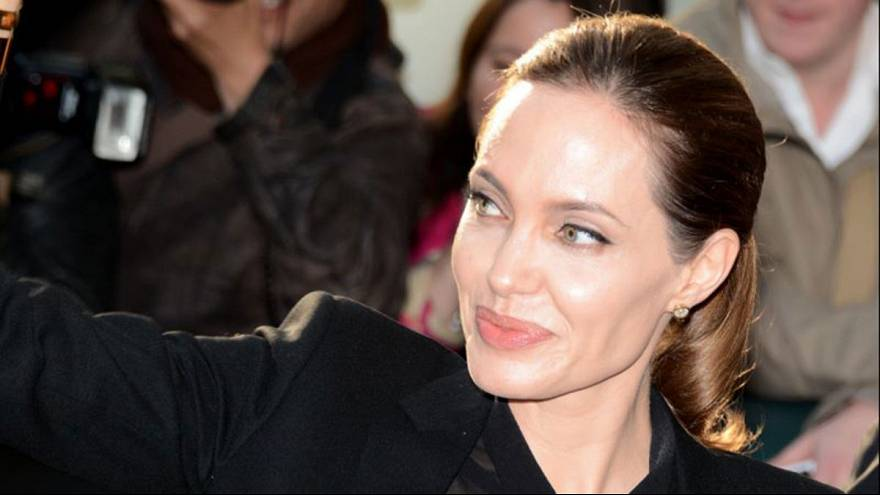 Angelina Jolie has both ovaries removed over cancer risk
