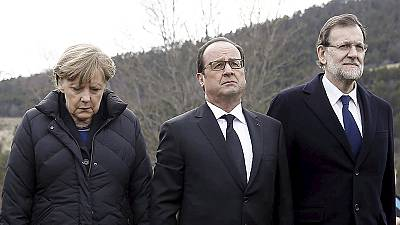 Merkel, Hollande e Rajoy sul luogo del disastro aereo, commozione per la tragedia