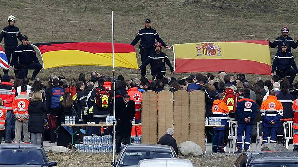 Centenares de familares de las víctimas del avión estrellado les rinden homenaje en Le Vernet