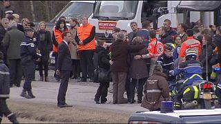 I famigliari delle vittime della tragedia aerea lasciano le Alpi francesi