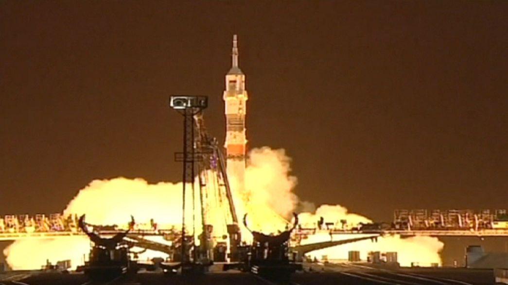 Soyuz ruma à ISS com Marte no horizonte