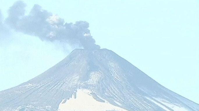 Вулкан Вильярикка в Чили продолжает извергать лаву