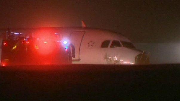 إصابة خمسة وعشرين راكبا بجروح بعد ان خرجت طائرتهم عن مدرجها
