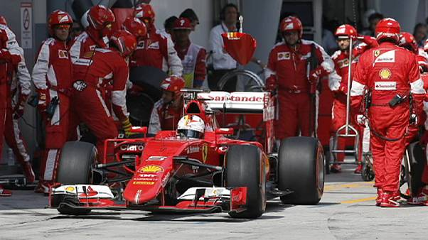 Vettel se impone en Malasia, Rossi golpea primero en MotoGP