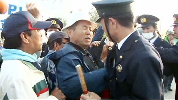 سكان اوكيناوا يتظاهرون مع الشرطة ضد نقل موقع قاعدة بحرية أمريكية