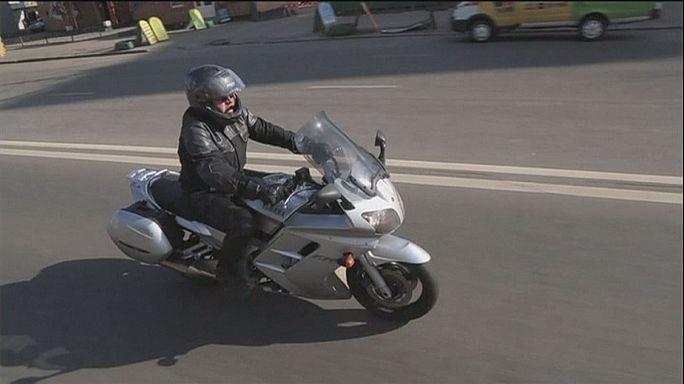 Motosiklet sürücülerine akıllı kasklar yol gösteriyor