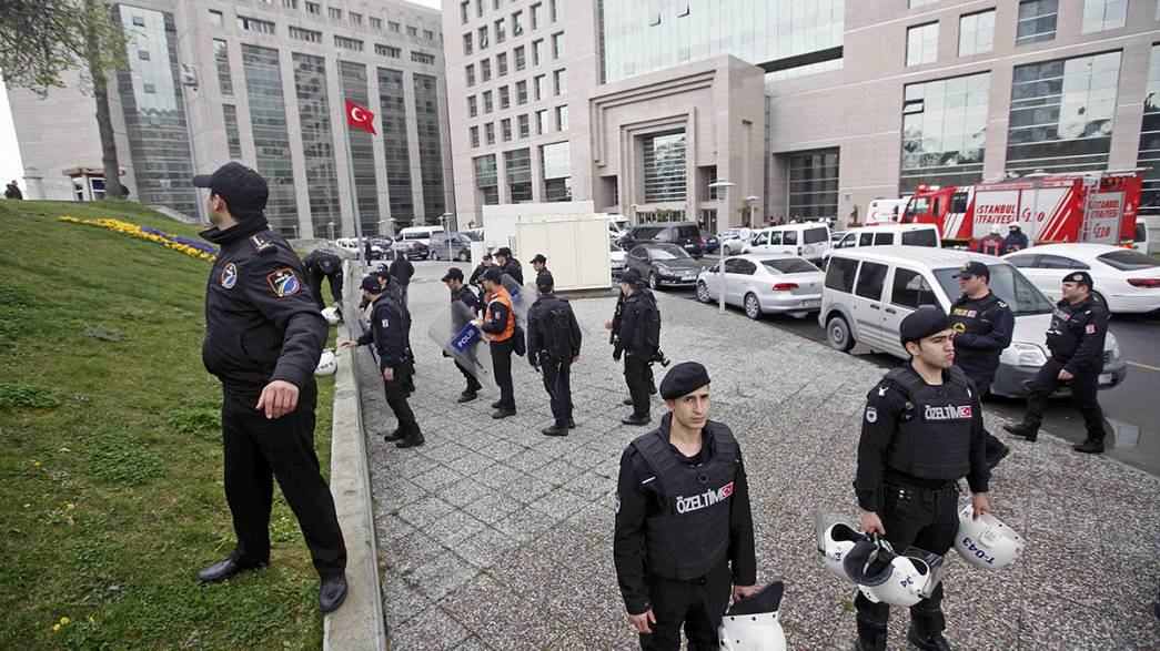 احتجاز وكيل نيابة داخل محكمة في إسطنبول مع التهديد بقتله