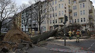 Tote und schwere Schäden durch Sturmtief in Europa