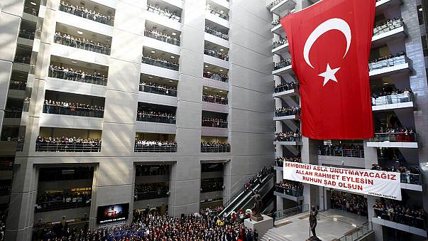 Törökország több pontján razziáztak a hatóságok, hogy elfogják a tegnap meggyilkolt isztambuli ügyész gyilkosait