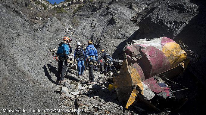 En visite sur les lieux du crash, le patron de Lufthansa évite les questions gênantes