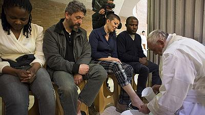 Pope Francis washes Rome prisoners' feet on Holy Thursday