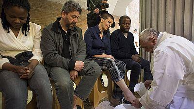 Papst wäscht Häftlingen Füße