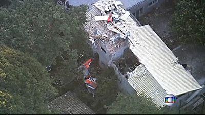 Au Brésil un hélicoptère s'écrase sur une maison