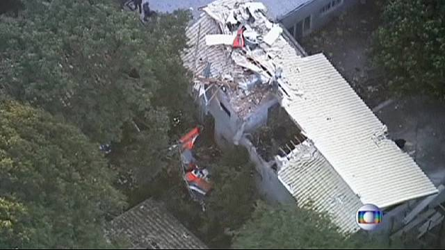 Brezilya'da helikopter evin üstüne düştü