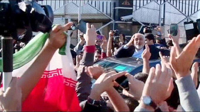 ظريف يعود إلى طهران وسط استقبال حاشد