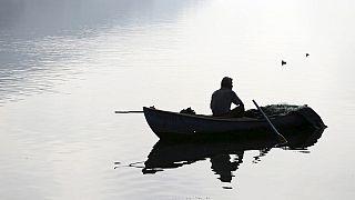 Il survit en mer pendant plus de deux mois, assis sur la coque de son voilier