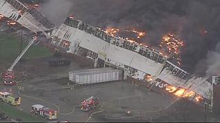 Espectacular incendio en una zona industrial de la ciudad estadounidense de Louisville