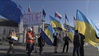 Un grupo de personas se manifiesta delante del palacio presidencial de Bratislava para expresar su apoyo a Ucrania