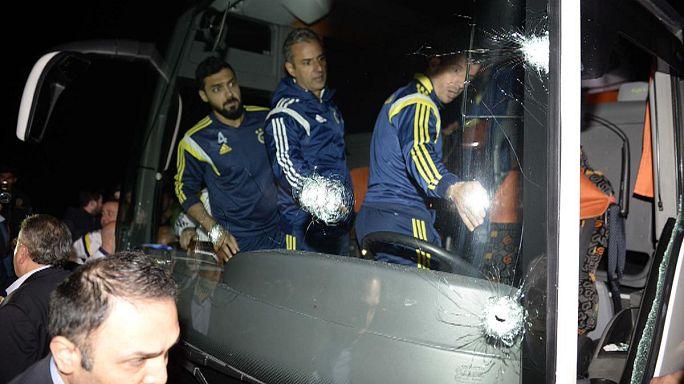 Szurkolók lőttek rá a Fenerbahce buszára