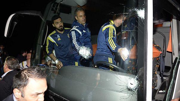 Puskával támadtak a Fenerbahce buszára