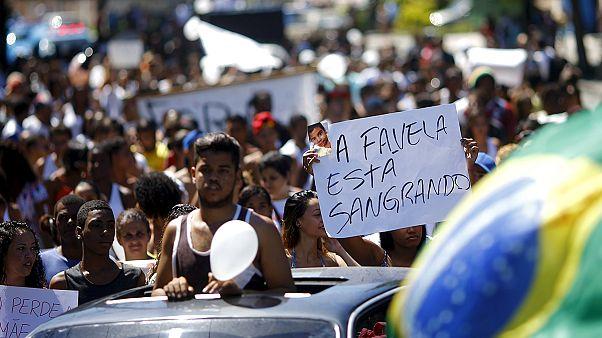 برازيليون يتظاهرون ضد مقتل طفل أثناء عملية أمنية