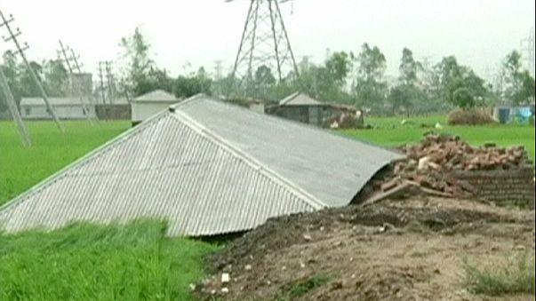 Bangladeş'te kuvvetli rüzgar can aldı