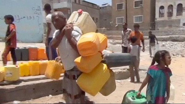 Çatışmaların sürdüğü Aden'de su ve gıda sıkıntısı yaşanıyor