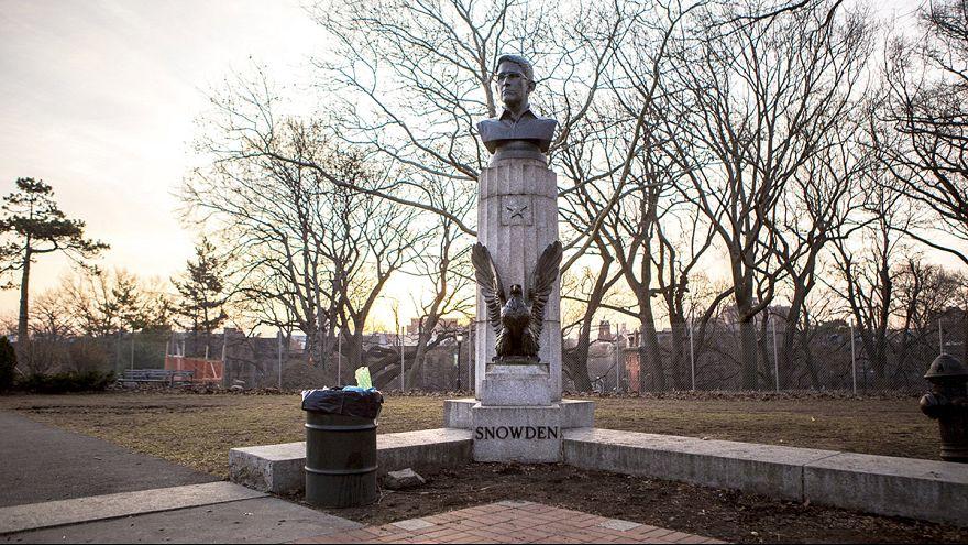 Guerilla-Künstler errichten Denkmal für Edward Snowden