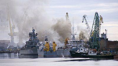 Russia, sottomarino in fiamme: immerso in acqua per spegnere l'incendio