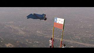 Wingsuit-Pilot fliegt mit 250km/h durch chilenische Flagge