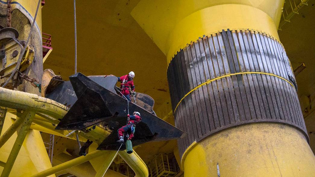 Greenpeace activists board oil rig in protest against Arctic drilling