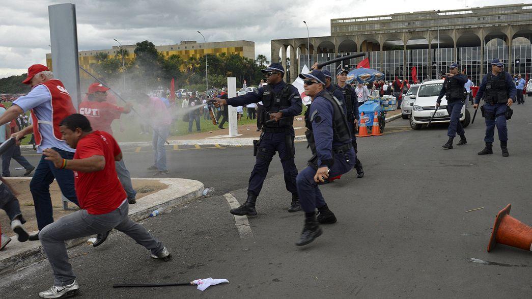 """Miles de personas en Brasil se manifiestan en contra de la """"tercerización"""""""