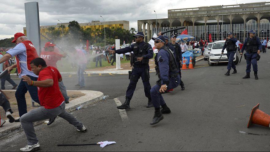 Бразилия: манифестация профсоюзов закончилась столкновениями с полицией
