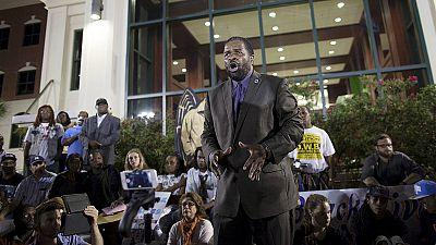 La communauté noire de North Charleston manifeste après l'inculpation pour meurtre d'un policier